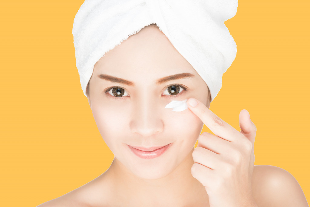 putting moisturizer